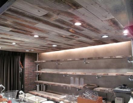 天井に施工、非常によい空間演出。(センバキッチン)