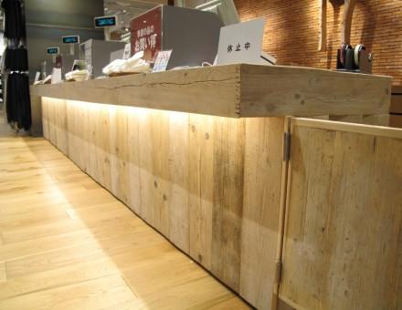 無印良品 うめきたグランフロント ハーフ、サンディング加工(無塗装)を壁面、柱、カウンター等に使用。(不燃加工)
