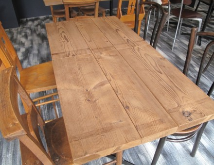 店内テーブル天板として使用(CAFE Rico 箕面店) 600角サイズは2枚合わせて時には1200幅テーブル