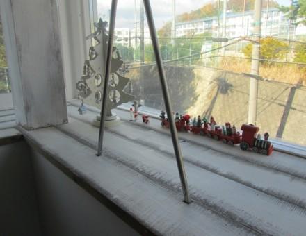 住宅にて出窓の空間にツーバイ材で施工。