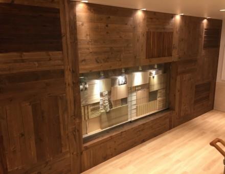 スチームドライウッドに合わせて調色した不燃加工材仕様(MUJI 神戸バル店)