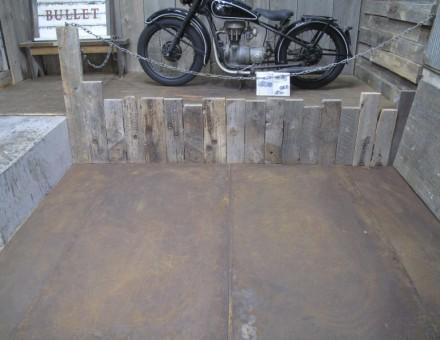 厚さ1.6mmのフラットタイプは床でも安定します。 (BULLET JAPAN 1F)