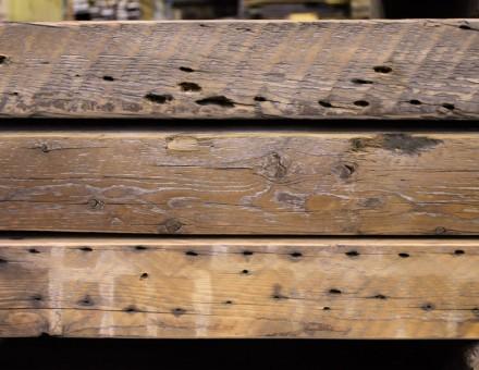 側面は、アンティークプランクの釘跡です。