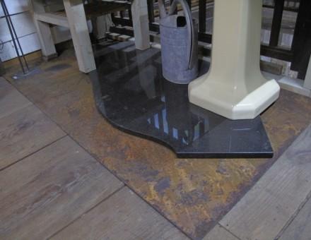 厚さ1.6mmのフラットタイプは床でも安定します。 (BULLET JAPAN 2F)
