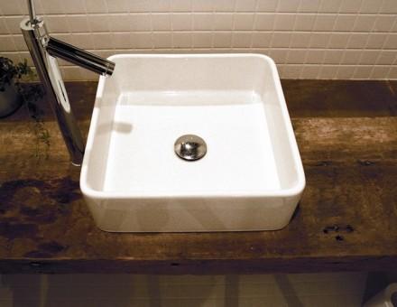住宅の洗面台に使用。モダンなシンクと相性は抜群。