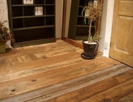 サンディング加工後、ランダムで床に施工(無塗装)。