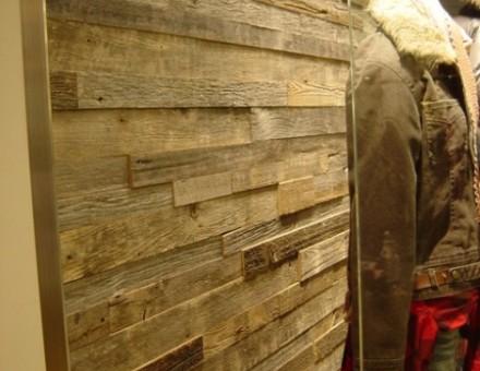 細いピッチで色調の違う古材を壁面に使用。