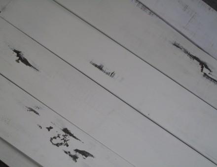 古材のマットホワイト塗装が部分的な風化を演出。
