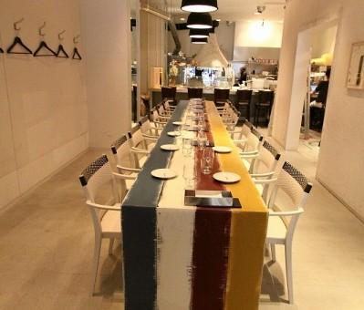 カラー4色を使用してビッグテーブルを製作。 (Quore Dino(イタリアン) 大阪市西区)
