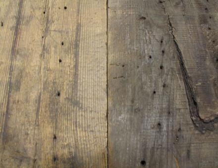 茶系、黒系に風化した表情の古材です。釘、釘穴、割れ,かけ等が含まれます。