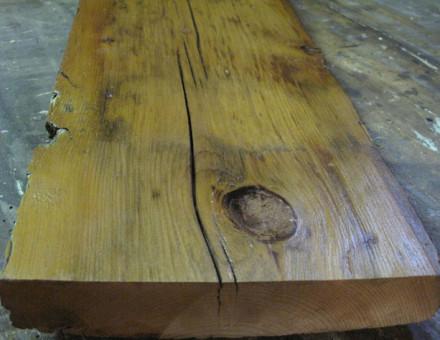 サンディング加工+オイル塗装、乾燥が進んでいるのでよく浸透します。 バーンウッドは樹種が混在するので仕上がりも様々です。