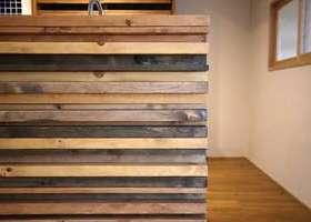 凹凸感とカラーアソートを演出する木材の使い方