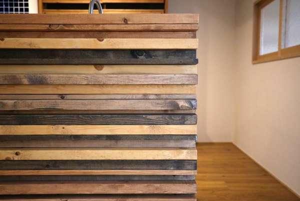 凹凸感とカラーアソートを演出する木材の使い方サムネイル