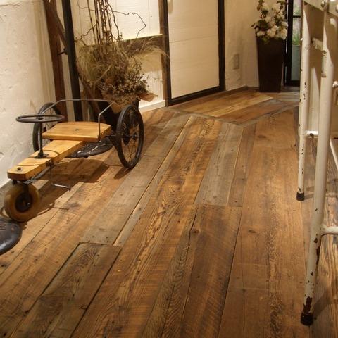バーンウッドの床がおしゃれ! PADDY 神戸三宮店サムネイル