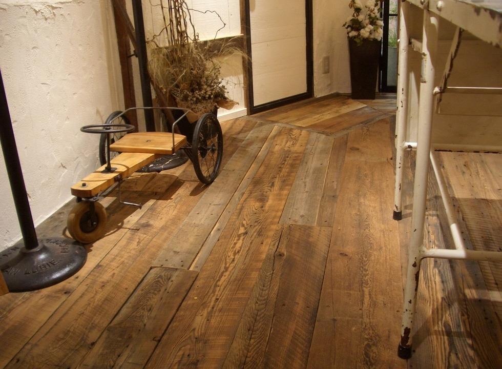 バーンウッドの床がおしゃれ! PADDY 神戸三宮店